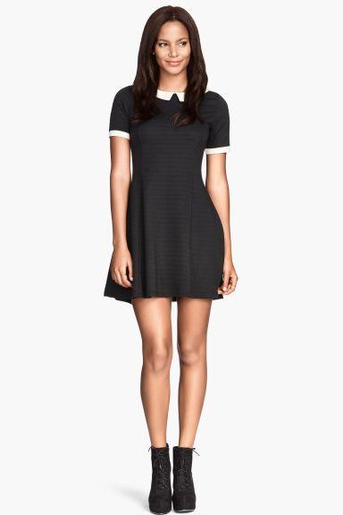 89c241c236d3 Risultati immagini per vestito nero con colletto bianco ...