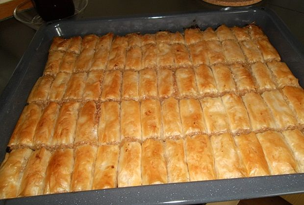 Sastojci - 500 gr kora za pite - 1 kg jabuka - 2 jaja - 250 gr grožđica - pola praška za pecivo - kašikica cimeta - 125 gr margarina - 4 kašike g
