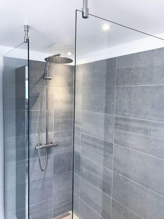 Stilrent og enkelt badeværelse leveret i Albertslund