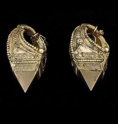 South India | 20k hollow earrings; traditionally worn by Muslim Malayalam women in Cochin Division, Kerala | ca. 1940 | The ear hooks are a recent addition {hardly visible in the photo} | ©Peter Kubal