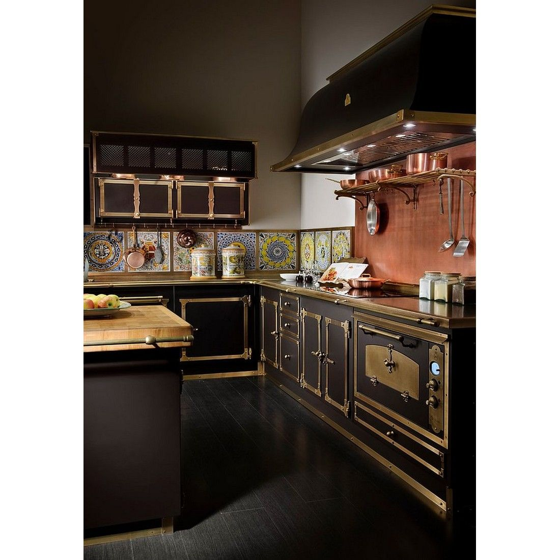 Victorian Kitchen With Burnished Brass And Copper Finishing Pretty Or Nay Rumahkukitchen Steampunk Interior Design Interior Design Kitchen Steampunk Kitchen