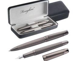 Súprava obsahuje plniace pero a guľôčkové pero
