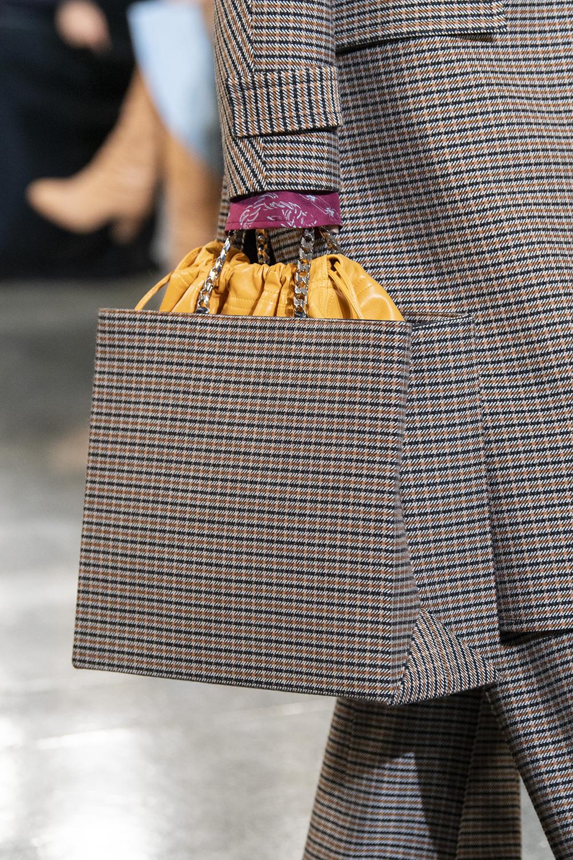 136a55b9982d Avvistamenti ultra fashion sulle passerelle della New York Fashion Week e  tanti nuovi modelli to die for: guardate tutti i modelli di borse di moda  per ...