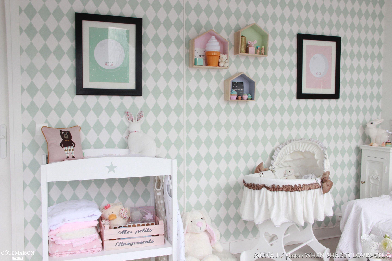 Cette chambre de petite fille est décorée dans un style scandinave