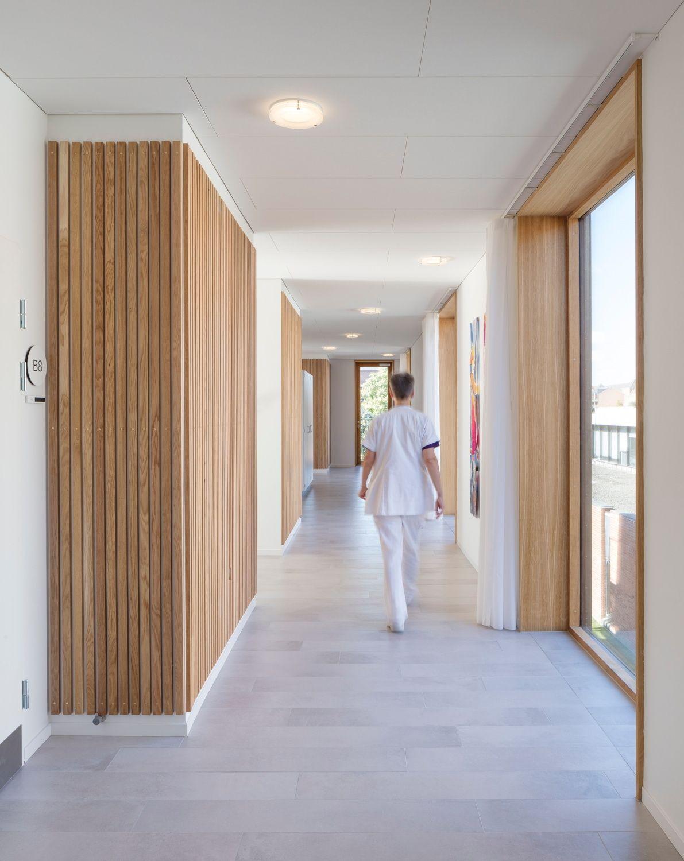 Logik Im Goldmantel Hospiz In Kopenhagen Von Nord Klinik Innenarchitektur Architektur Korridor Design