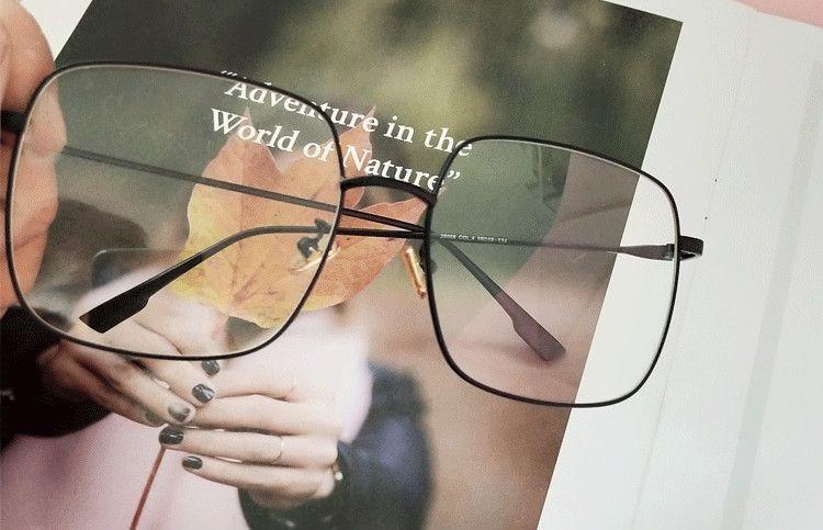 伊達メガネ 黒縁 メンズ ウェリントン メガネ、主役級メガネ 黒アイテムで取り入れてみる。