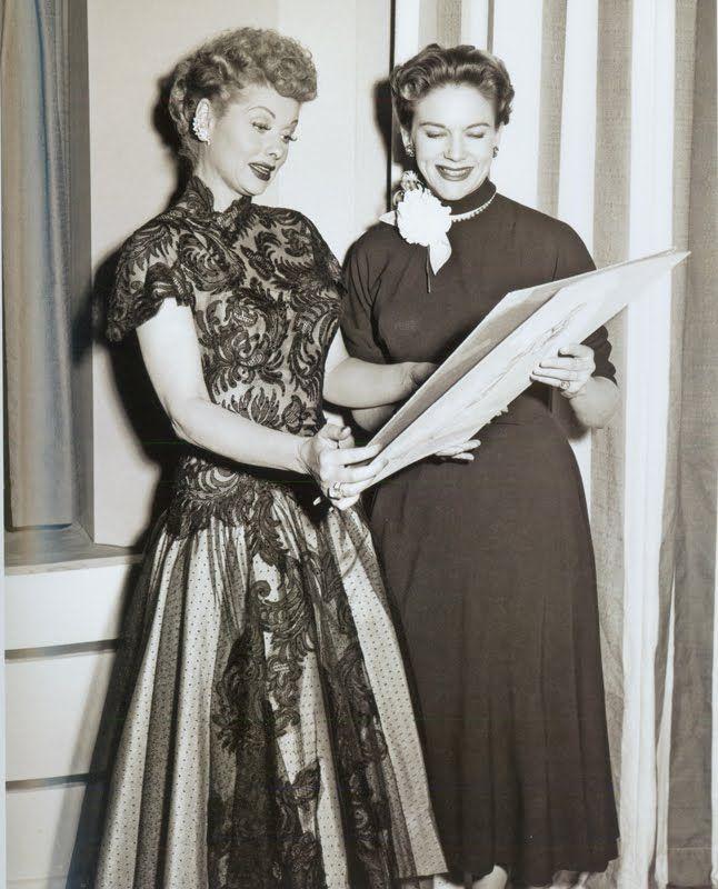 La diseñadora Elois Jenssen muestra uno de sus bocetos a la actriz Lucille  Ball
