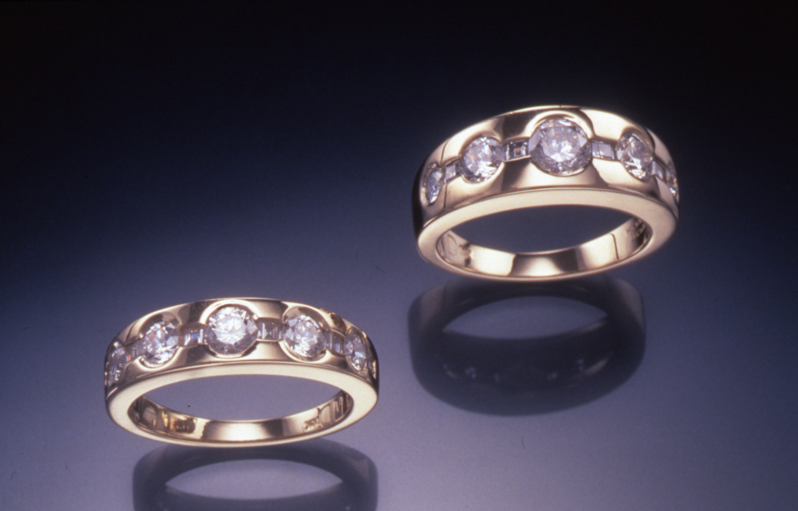 Kt yellow gold ring set with round brilliant shape diamonds and