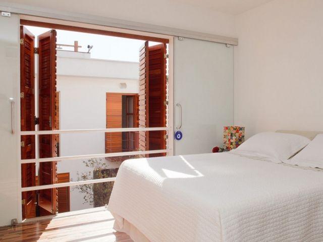 schlafzimmer-holz-klappfenster-gelaender-schiebetueren Ap house