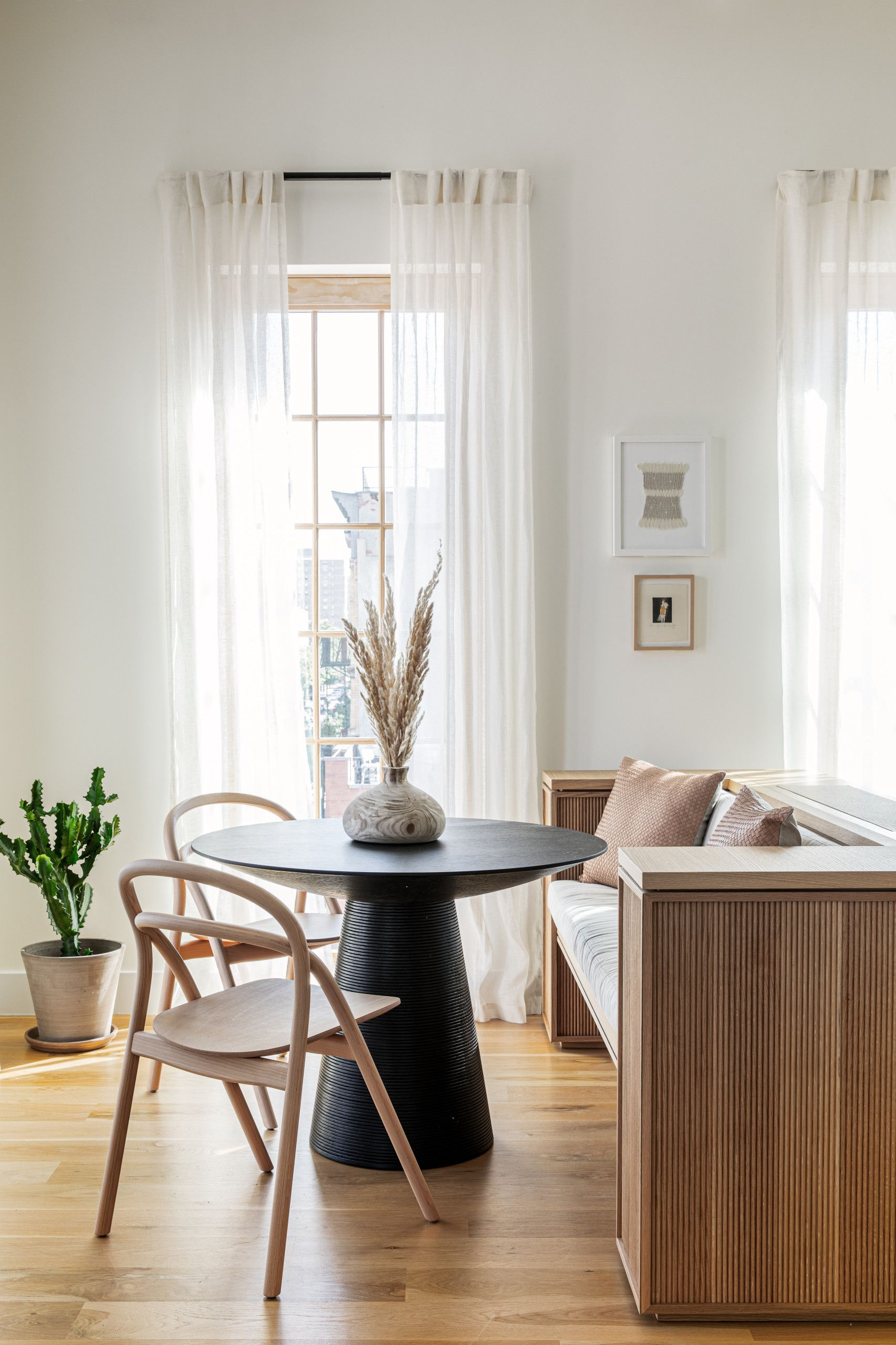 Best Small Dining Rooms From New York City Polished And Space Savvy Black Round Dining Table Dining Room Small Apartment Dining