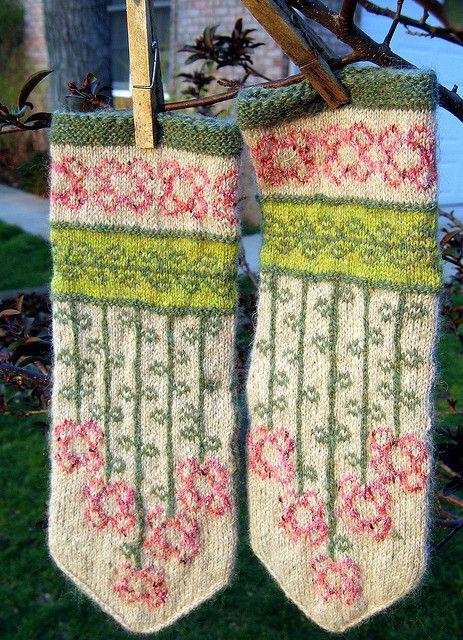 vinterblommen- free mitten pattern by Heidi Mork knit by Fascine ...