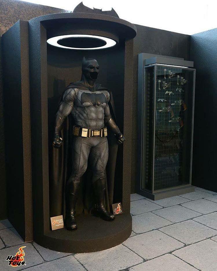 Hot Toys Unveils BATMAN V SUPERMAN Life,Size Superheroes and