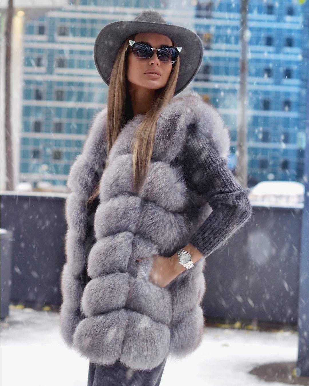 """Очень красивый и уютный """"total gray look"""" от @rita.tesla. Мягкий и нежный образ дополняет непременный аксессуар большинства модниц и знаменитостей - солнцезащитные очки современной формы """"кошачий глаз"""" Iridia Sunglasses от #fendi . Ну и главный акцент - воспетая @womanslook не один раз широкополая шляпа в тон. А вы готовы к наступлению зимы и новогодних каникул?  #womanslook"""