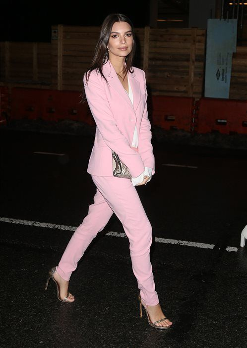 Emily Ratajkowski lo apuesta todo al rosa. Light pink suit+white blouse+sknake printed sandals and clutch+earrings. Spring Evening Going Out Outfit 2017