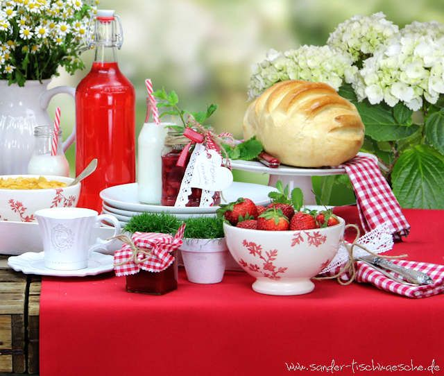 Gedeckter Tisch Im Garten: Sonntagsbrunch Mit Roter Gartentischdecke
