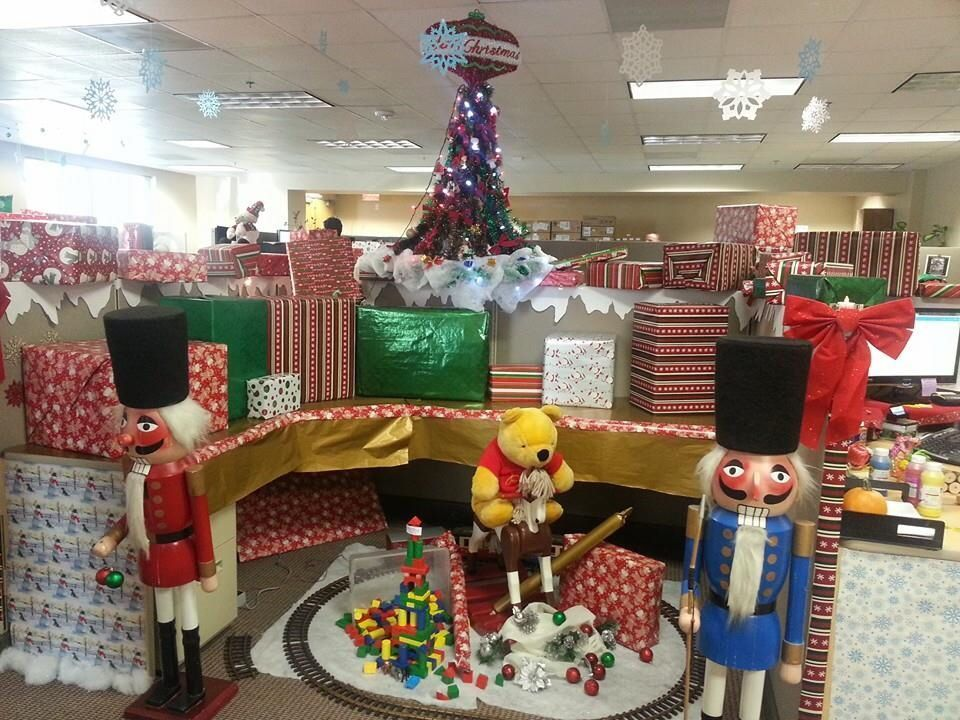 Cubicle Christmas decor #cubiclechristmasdecorations Cubicle Christmas decor #Christmas #christmas decorations for work cubicle office decor #cubicle #cubiclechristmasdecorations #decor