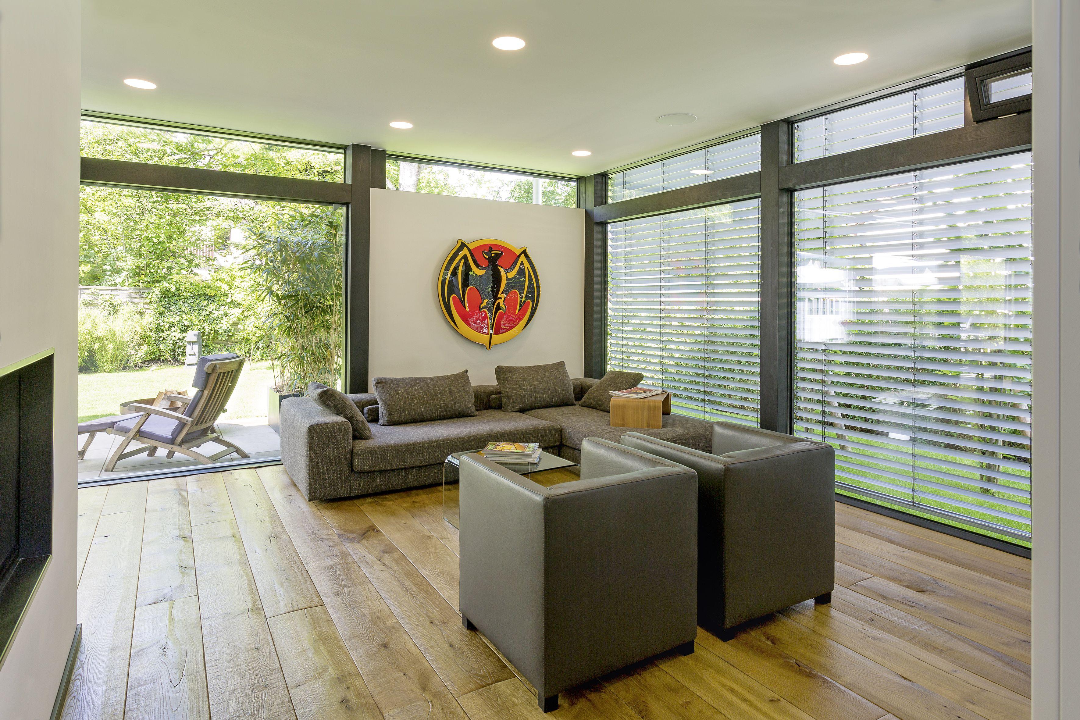 Ein Besonderes Merkmal Ist Die Architektonisch Geschickt Eingesetzte Lichtachse Die Sich Von Der Haustur In Ri Einfamilienhaus Outdoor Dekorationen Aussenmobel