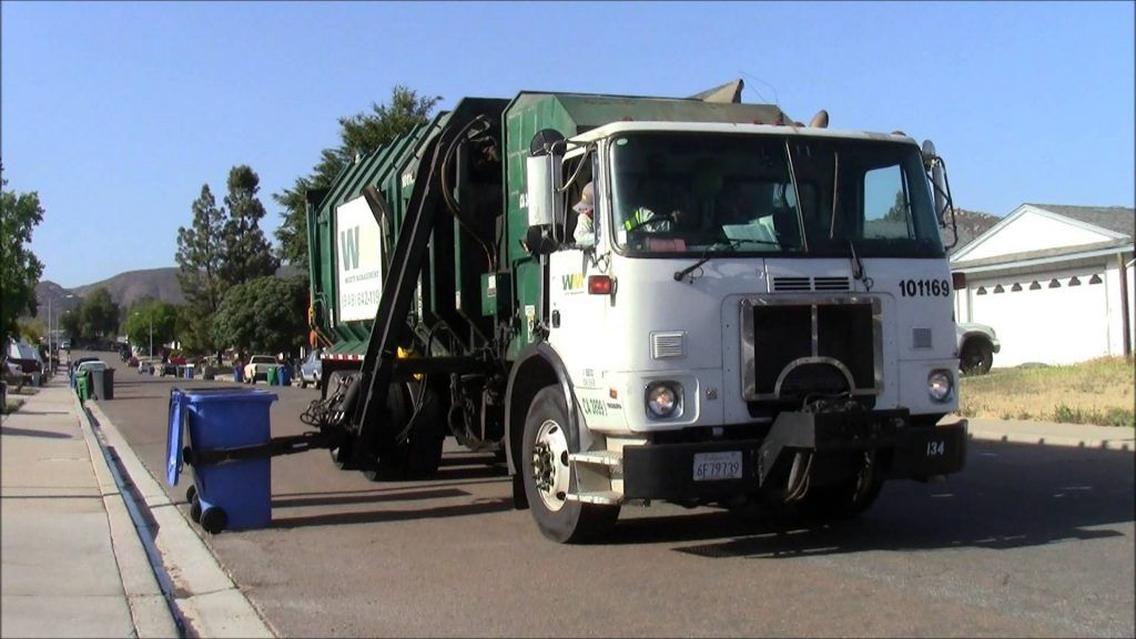 Trash Truck Accident With Images Trucks Garbage Truck