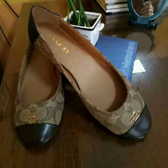 2b777258609d ... germany im selling coach chelsea flat shoes in signature for  u20b16700.00. get it