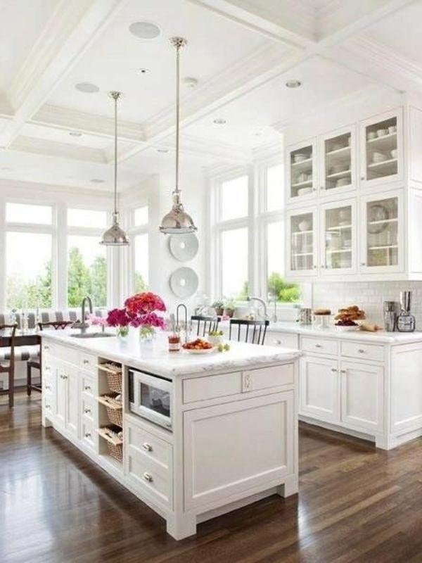 weiße Küche - dunkler Holzboden - Wandregal Glas Decorating