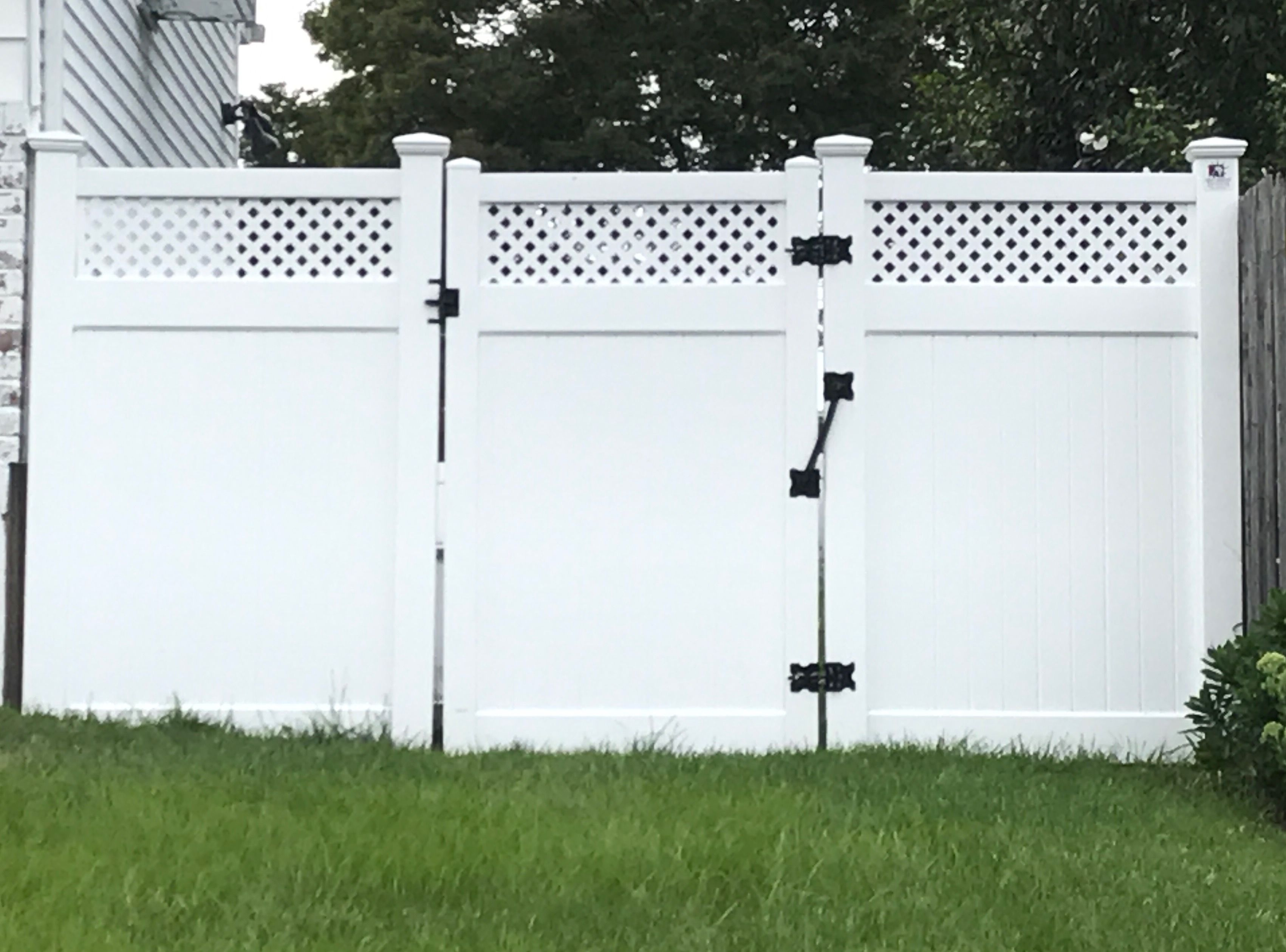 72 Infinity With Privacy Lattice Top Pvc Fence And Gate Fabricated And Installed In Bellmore Ny By Liberty Fenc Pvc Fence Gates And Railings Backyard Fences