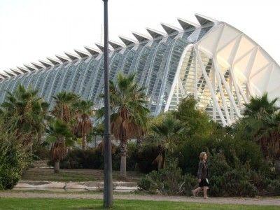 En la Ciudad de las Artes y las Ciencias de Valencia-España, considerado uno de los doce tesoros de España, se encuentra el Mirador Umbracle, lugar turístico