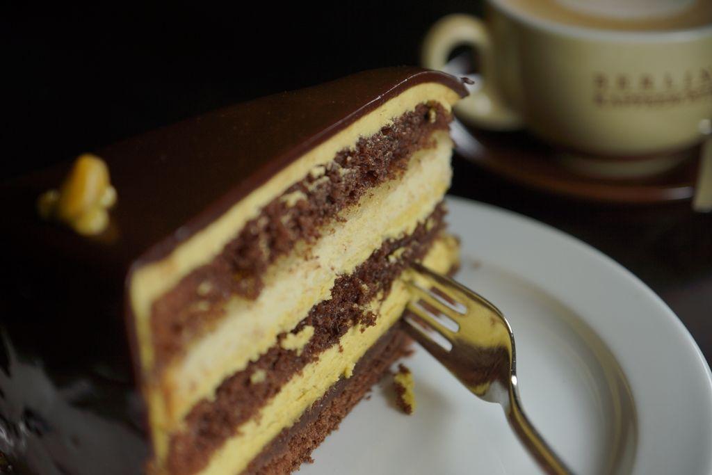 Unsere Mozarttorte vereint schokoladigen Genuss mit feiner Pistazienbuttercreme und aromatischem Marzipan.