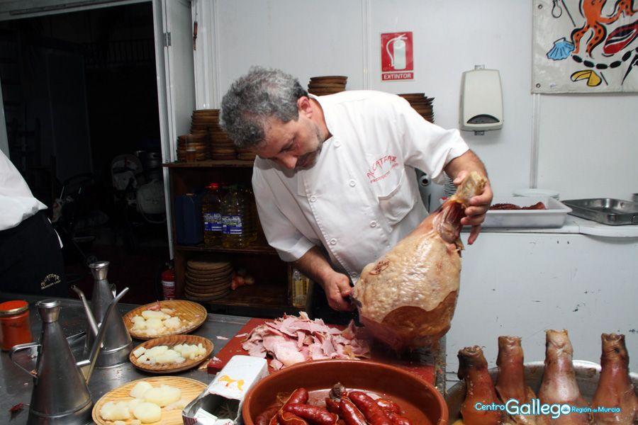 preparación de plato de lacón en el stand del centro gallego de la region de murcia en la feria de 2014