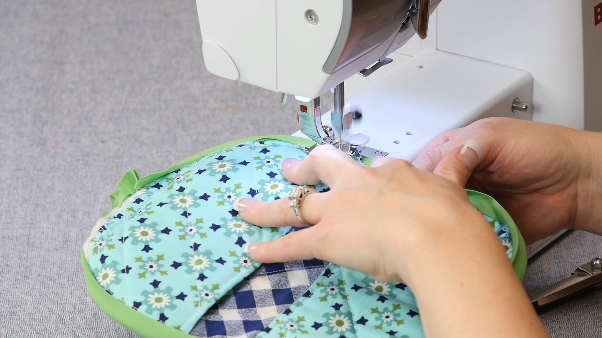 DIY Quilted Potholder (Video) -   22 simple fabric crafts Videos ideas