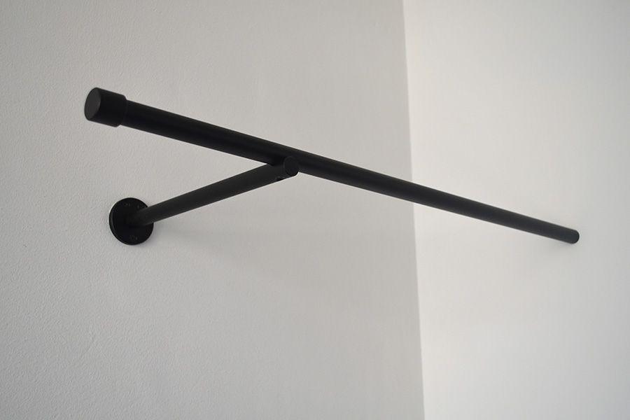 Zwarte kapstok voor hangers in hoek kapstok in 2018 hanger en room