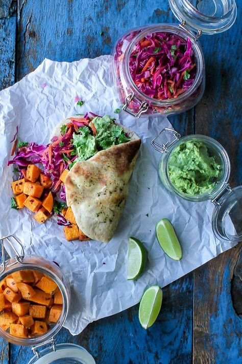 Grove fladbrød m. kålsalat, søde kartofler og avocado-dip #sundaftensmad