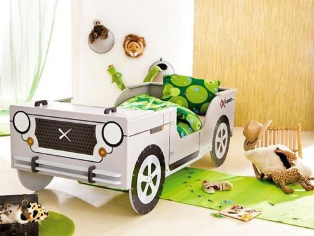 Kinderbett dschungel  Das Kinderbett aus MDF Holz hat die Form eines Jeeps und wird ...