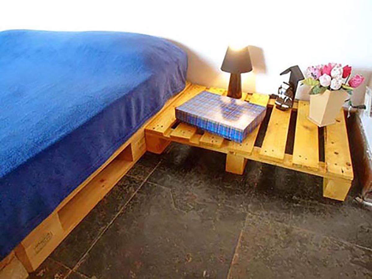 Cama De Pallet 8 Com Criado Mudo Camas De Pallet Pinterest  ~ Moveis Quarto Casal Modernos E Paletes Decoração Quarto