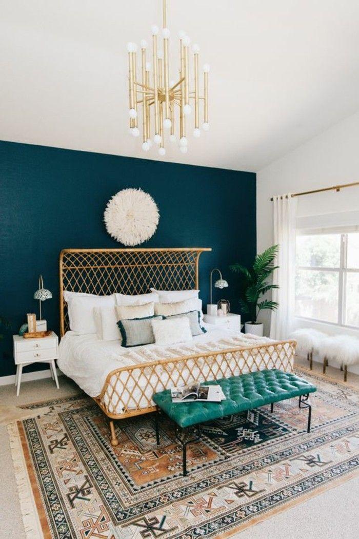 Schlafzimmer Dekorieren Bett Retro Teppich Blaue Wand Goldener Kronleuchter