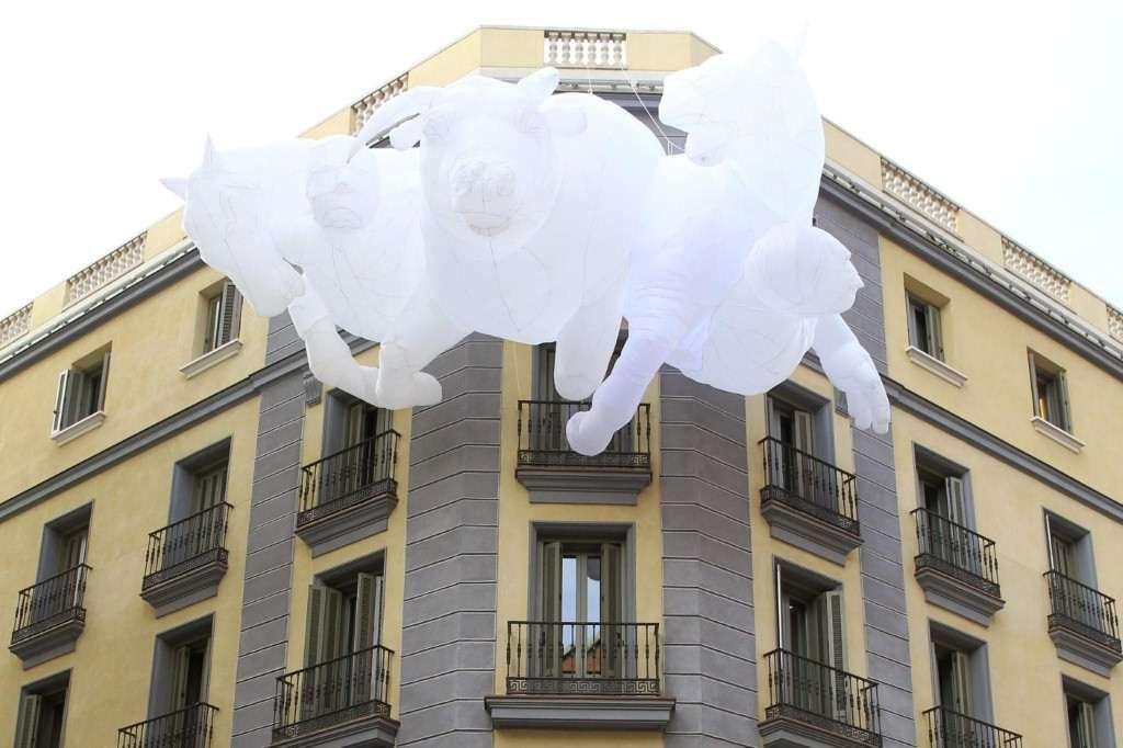 """El artista candiense Max Streicher reinterpreta el Guernica de Picasso en """"Battle of Cannae"""" en la fachada de un hotel de Madrid. (EFE)"""