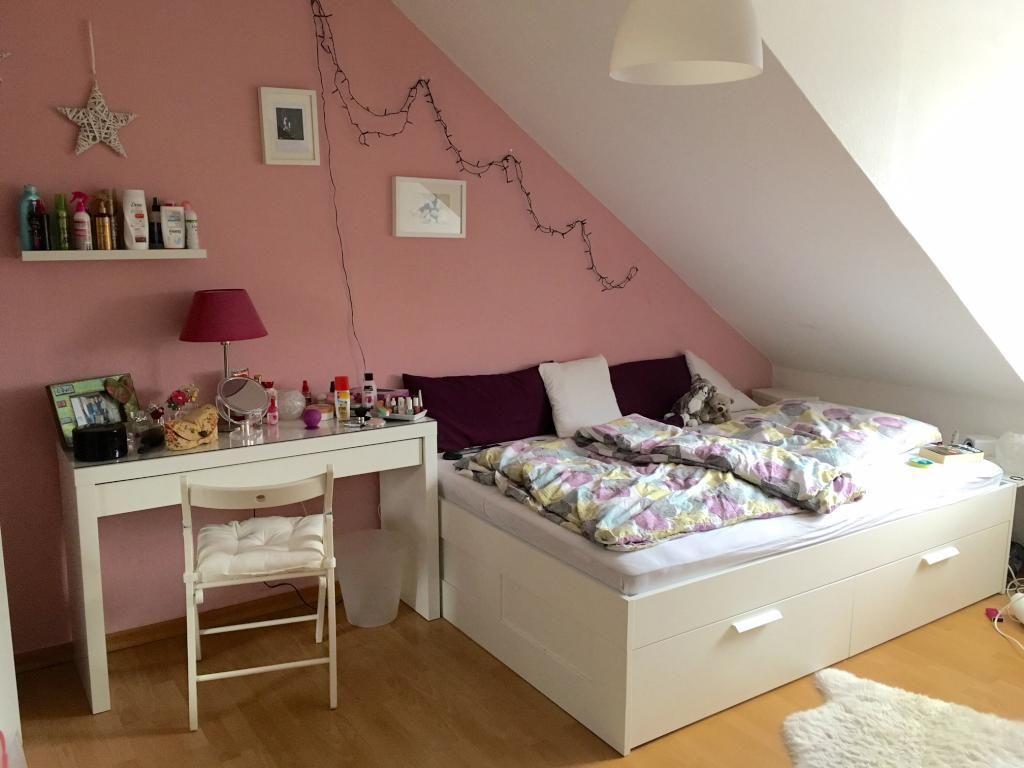 Die Mädchenhafte Variante Eines WG Zimmers! DIe Möbel Sind Weiß, Die Wand  Ist