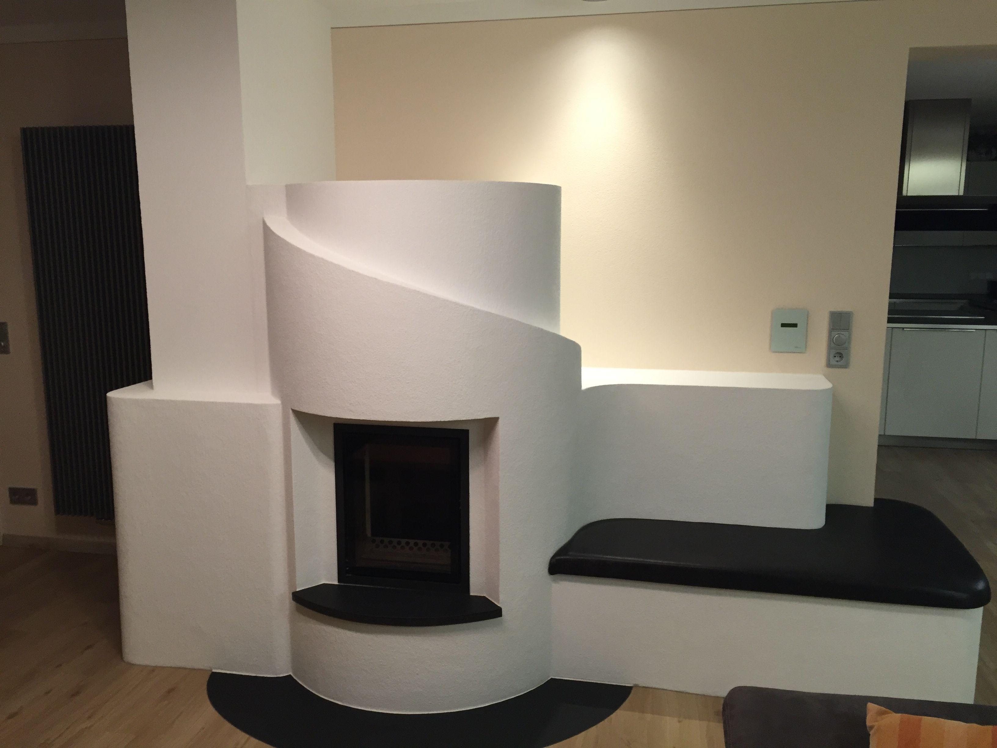 grundofen mit ofenbank moderner wei er verputzter ofen schwarzer naturstein und schwarze. Black Bedroom Furniture Sets. Home Design Ideas