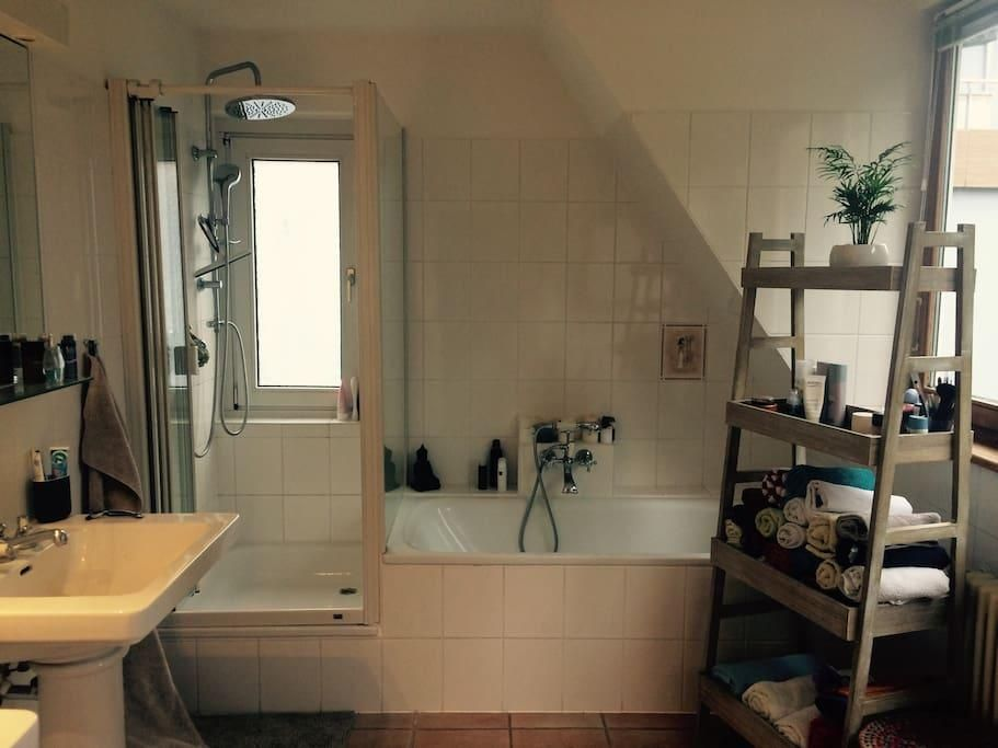 Helles Badezimmer mit Regendusche,Badewanne und zwei Waschbecken - badezimmer hamburg