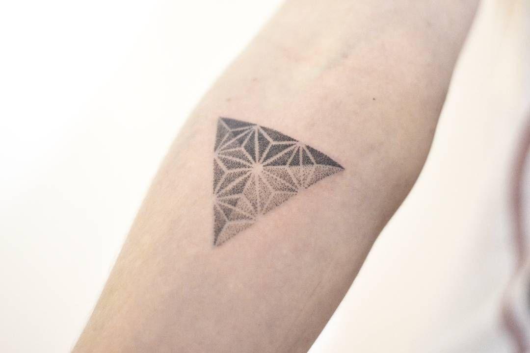 Obrigada Lu! #tatuagemgeometrica #geometrictattoo #pontilhismo #dotworktattoo by carinacaie