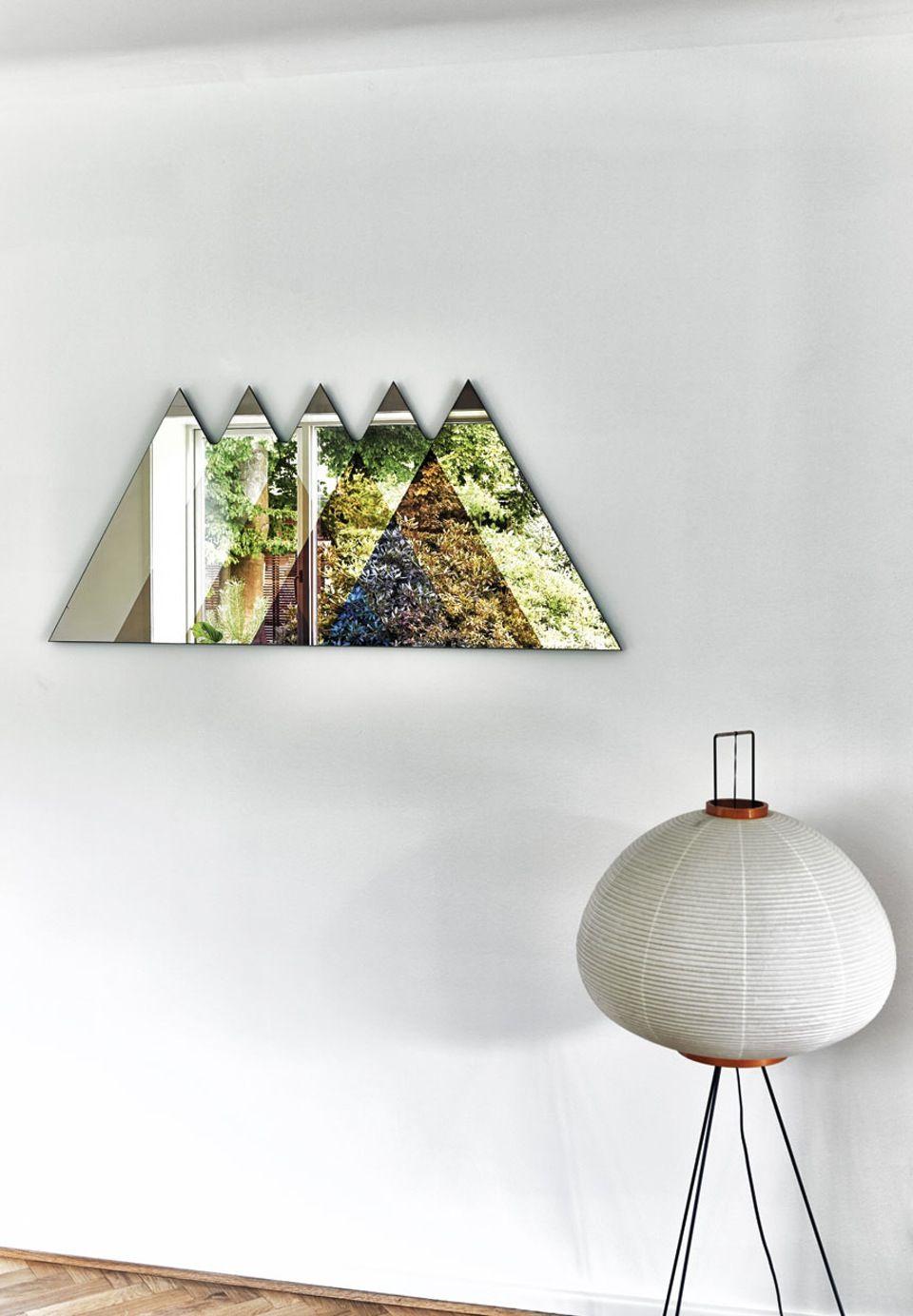 Hus i Fruens Bge med Gulvlampe og trekantsspejl. Find this Pin and more on  (Q) Mid century modern furniture & style ...
