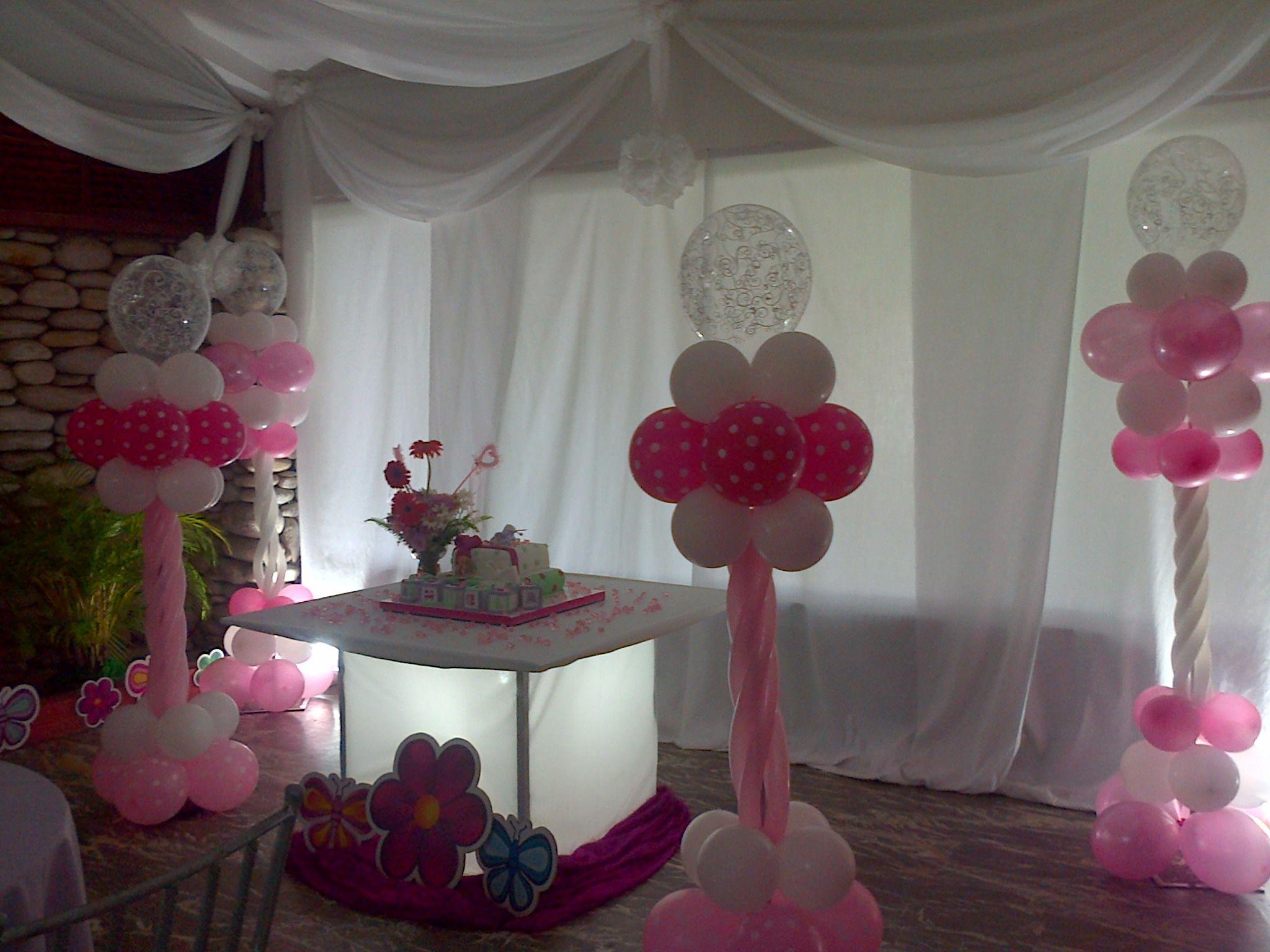 Mesa de luz acompa ada de columnas en globos satinadas de lujo decoracion para bautizo rosa y Decoracion con bombas para bautizo