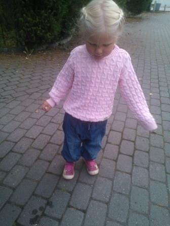 Olga söpöliini kauniissa rosassa neulepuserossa / Cute Olga and beautifulö rose color KISU-pullover www.anne.fi > net shop >Ecobaby #ecobaby_anne_fi #anne #annelinnonmaa #ecological #organic #childrensknitwear #kids