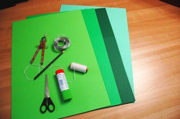 Dafür brauchen wir: Pappe in unterschiedlichen Farben, Zirkel, Stift ...