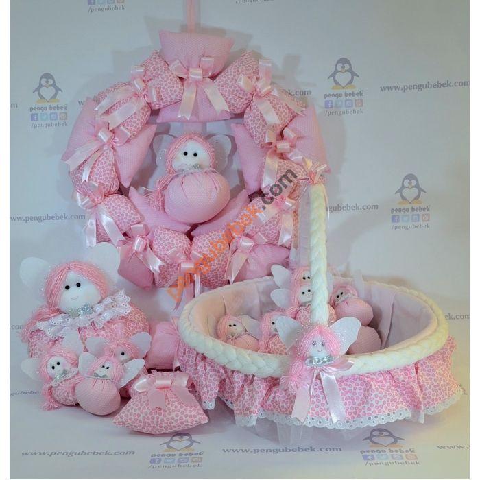 Tonton Bebek Odası takımı; el yapımı kumaş bebek süslemeli kapı süsü, bebek sepeti ve takı yastığıyla çok şirin bir özel tasarım. Pengu Bebek
