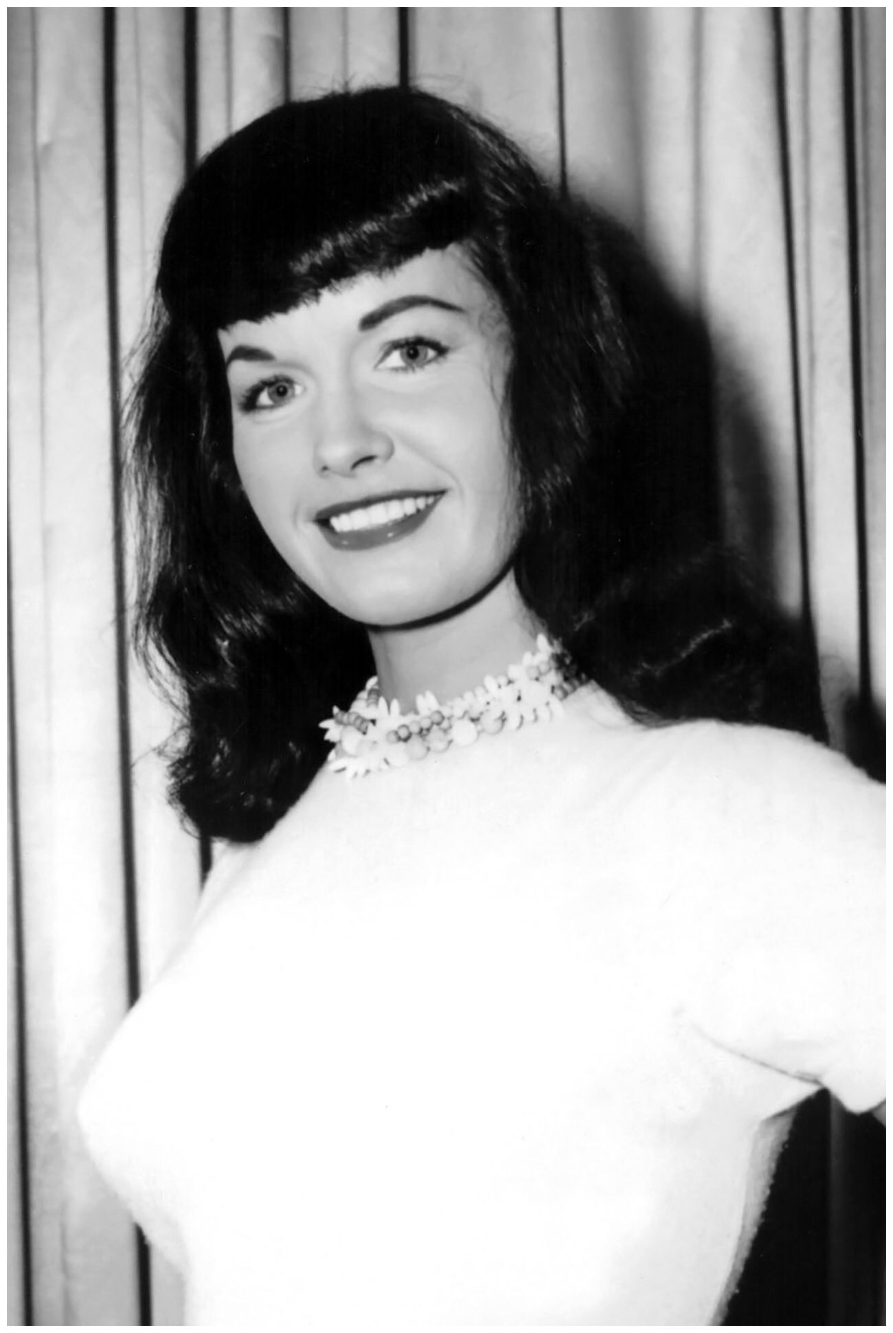 Imagen de https://pinupmonster.files.wordpress.com/2015/04/bettie-page-e28093-a-heavy-rolled-fringe-and-dark-waves-were-the-basis-of-bettie-page_s-famous-hairstyle-1950s.jpg.