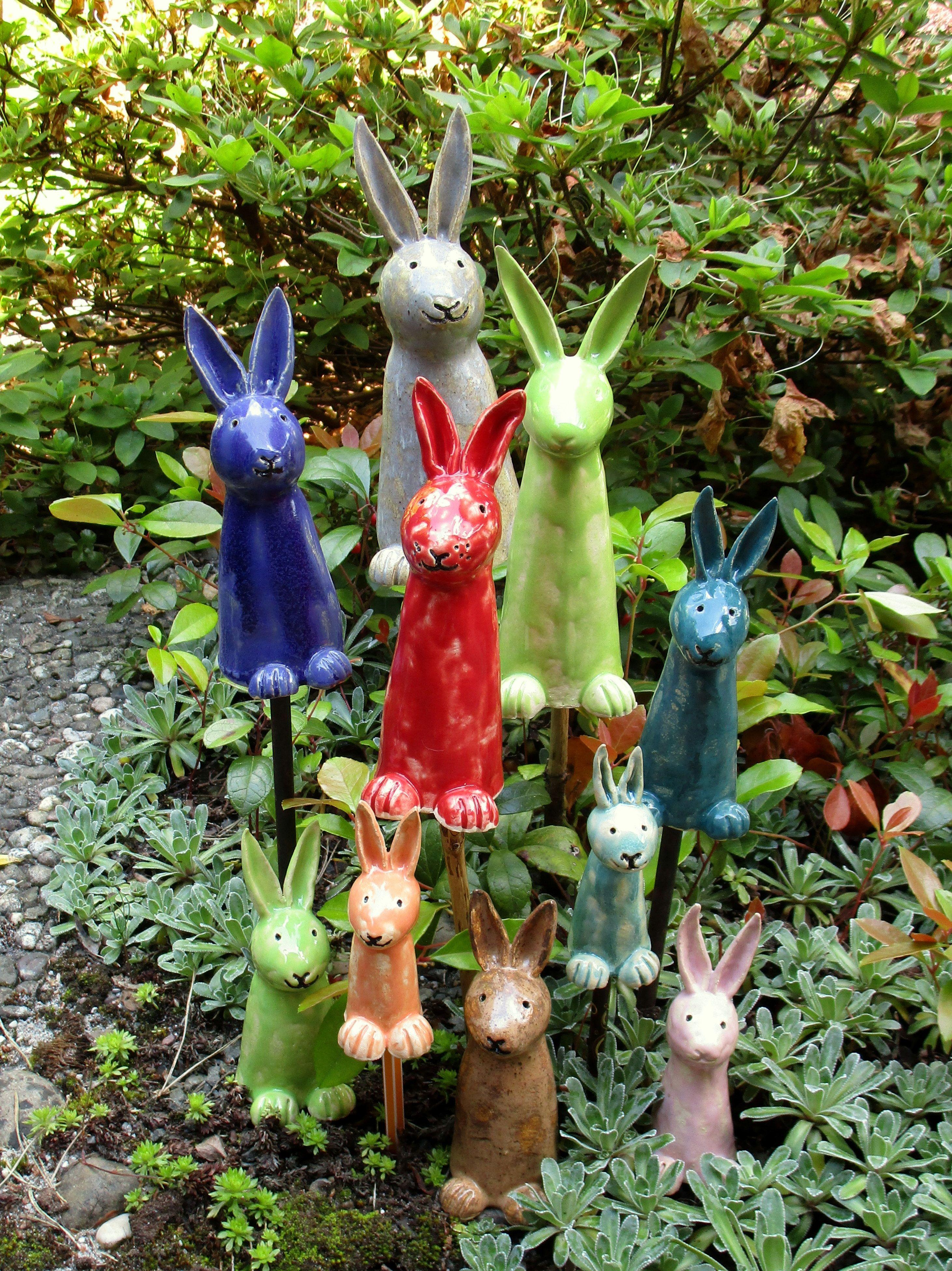 Bunte Osterhasen Aus Keramik Ostern Farben Topferarbeiten Osterhase