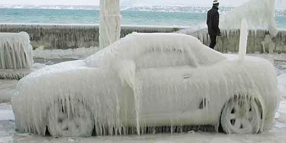 Como quitar el hielo del coche cuando está aparcado al aire libre. En este post se dan una serie de consejos para quitar el hielo o la nieve sin dañar la carrocería del vehículo. http://recambiosparaelcoche.com/como-quitar-el-hielo-del-coche/