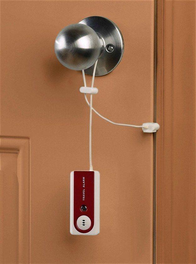 Se você é do tipo que tem medo de dormir em qualquer lugar, este dispositivo avisa quando intrusos tentarem entrar no seu quarto.