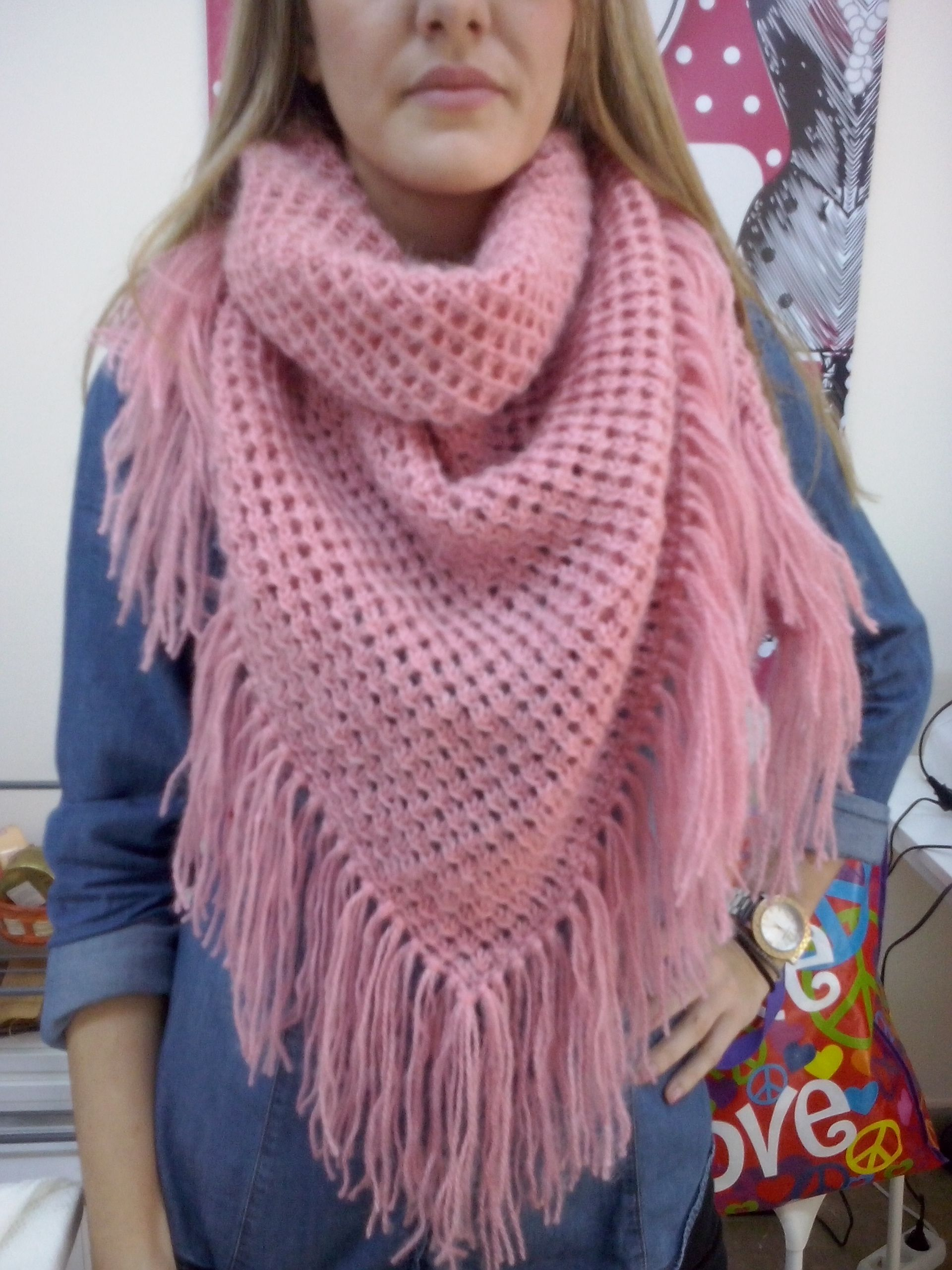5c46929daa1a Τριγωνικό σάλι σε απαλό ροζ μοχέρ νήμα που φοριέται σαν κασκόλ.Πλέξιμο με  Νελόνες Γ΄Κύκλος