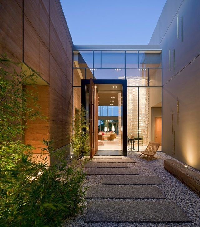 Vorgarten eingang kies steinplatten asymmetrisch gelegen for Gartengestaltung hauseingang